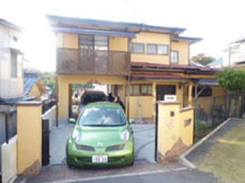 黄色い外壁に、レンガ調のタイルで築48年とは思えないような、今風の住宅に生まれ変わりました。